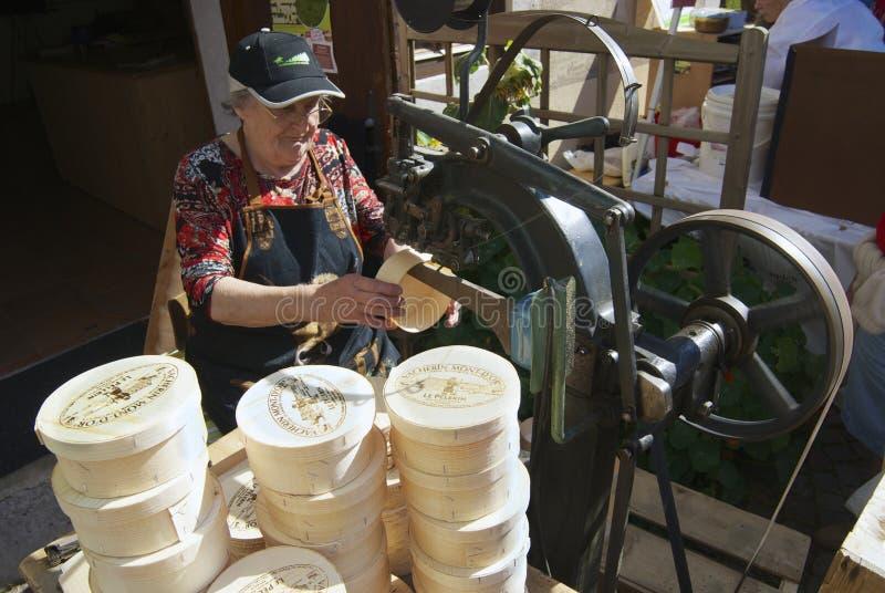 La señora produce las cajas de madera para el emmental de Affoltern im del queso, Suiza fotografía de archivo libre de regalías