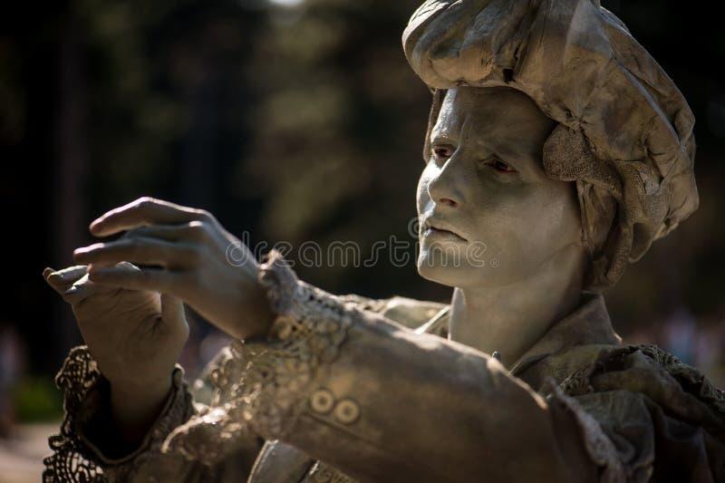 LA SEÑORA WITH THE UMBRELLA Artista que se realiza durante el festival internacional de estatuas vivas, Bucarest, junio de 2017 foto de archivo libre de regalías