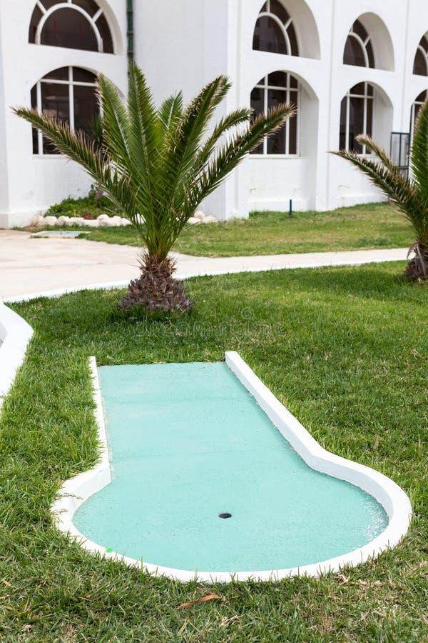 La sección del mini juego de golf está en área del hotel, placer para los visitantes y huéspedes imagen de archivo libre de regalías