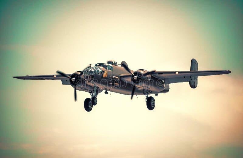 La seconda guerra mondiale d'annata Warbird B-25 che decolla pista immagini stock