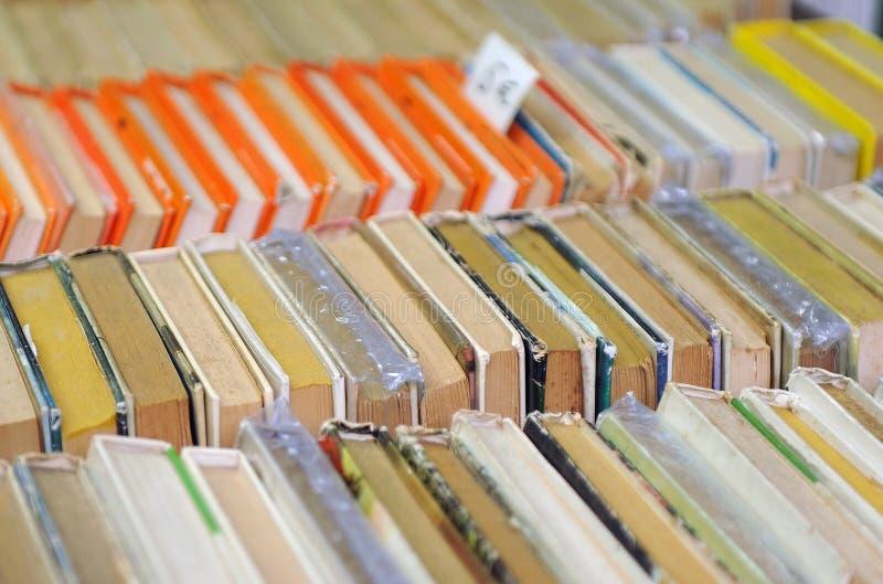 La seconda mano prenota in una libreria, biblioteca, mercato delle pulci fotografie stock