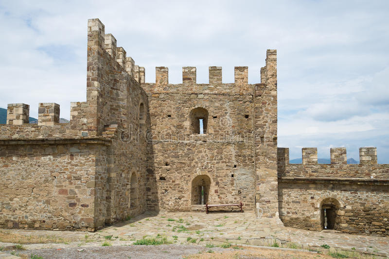 La seconda torre non specificata del giorno nuvoloso della fortezza genovese medievale a giugno Sudak, Crimea fotografia stock