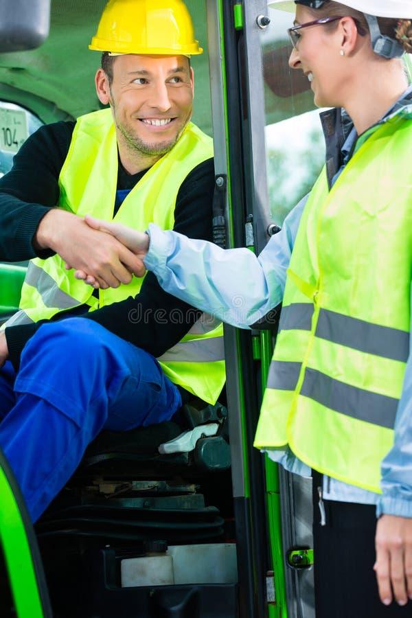 La secousse de main de travailleur de la construction avec l'ingénieur sur la construction se reposent image libre de droits