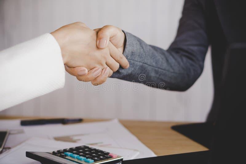La secousse de main de femme d'affaires acceptent et préparent de signer un contrat image stock