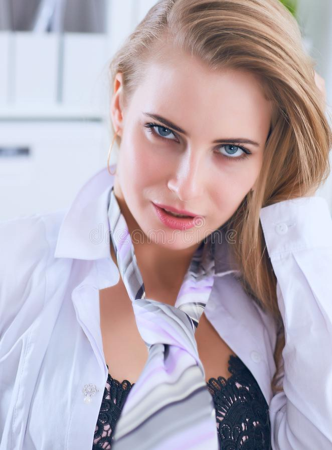 La secretaria atractiva en vidrios desnuda en oficina, ligón y deseo Provocación de la oficina fotografía de archivo