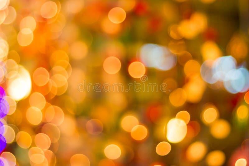 La secuencia al aire libre decorativa enciende la ejecución en árbol en el jardín en la noche - luces de la Navidad decorativas fotos de archivo libres de regalías