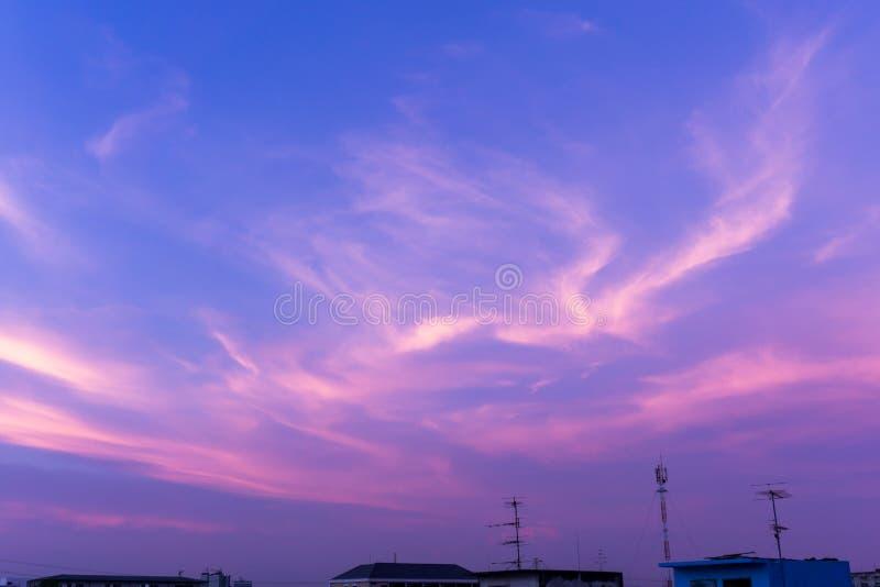 La seda crepuscular del cielo se nubla el fondo púrpura del color imágenes de archivo libres de regalías