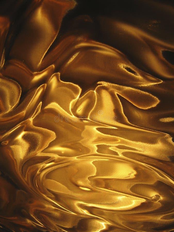 La seda de oro ondula el fondo vertical ilustración del vector