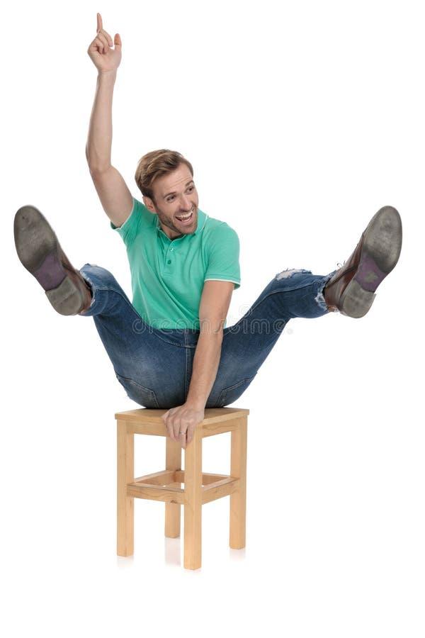 La sedia attraente di guida dell'uomo gradisce al rodeo che è un cowboy immagini stock libere da diritti