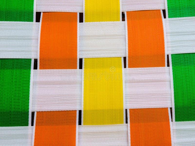 La sedia d'annata 1960 del modello geometrico bianco giallo arancione verde del tessuto quadra fotografia stock