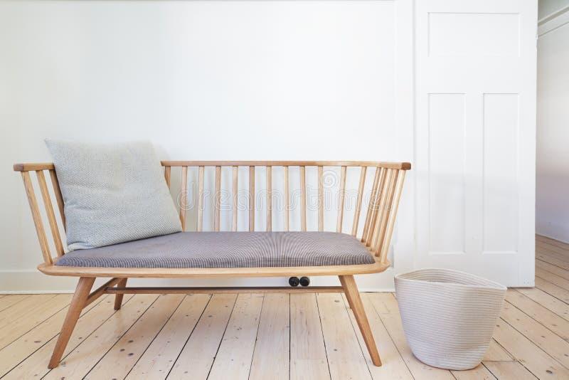 La sedia della caratteristica del sedile di banco nel Danese ha disegnato l'interno immagini stock