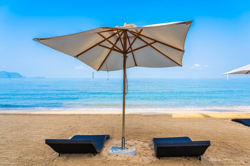 La sedia ombrello e la sala sul bellissimo mare marino sul cielo fotografie stock libere da diritti