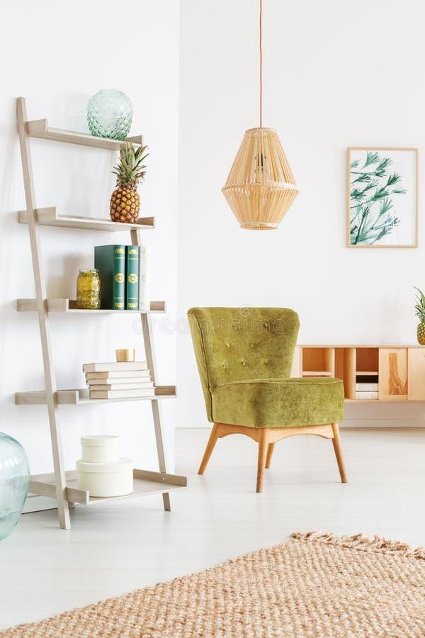 La sedia verde si rilassa la stanza fotografie stock libere da diritti