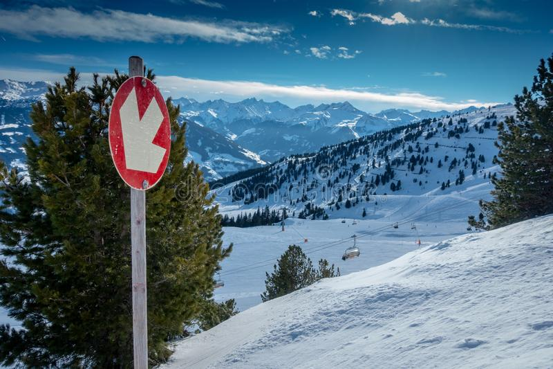 La seggiovia vi prende attraverso l'area dello sci con i cieli blu ed i pendii bianchi fotografie stock libere da diritti