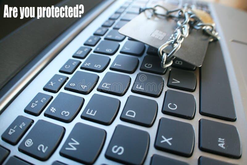 La seguridad cibernética con el ` es usted protegió el ` con la cadena y la cerradura envuelta alrededor de la tarjeta de crédito foto de archivo libre de regalías