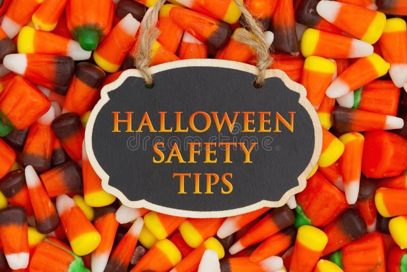 La seguridad de Halloween inclina el mensaje con las pastillas de caramelo imagenes de archivo