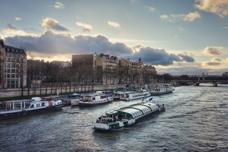 La Seine et le quai Anatole France au coucher du soleil images libres de droits