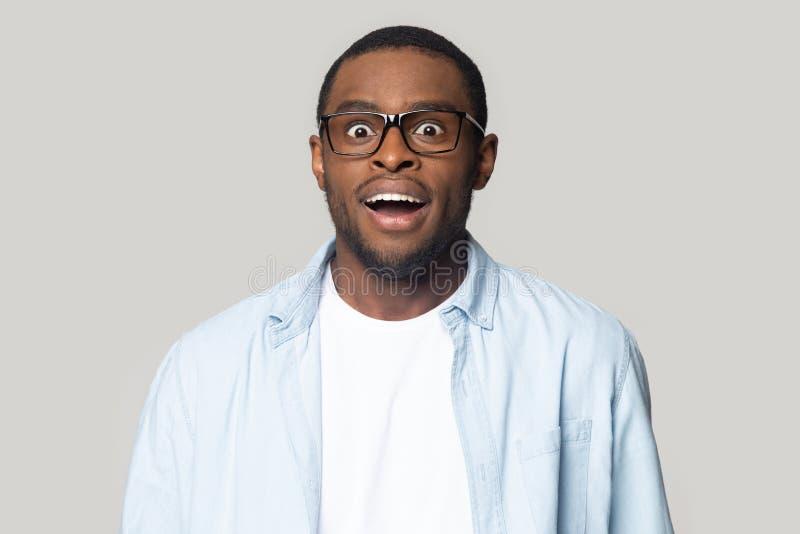 La sensación afroamericana sorprendida del hombre sorprendió con noticias fotos de archivo