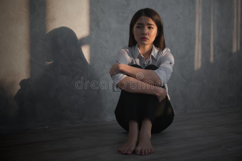 La sensación asiática joven de la empresaria subrayó/preocupación/dolor de cabeza/triste/el grito d imagen de archivo libre de regalías