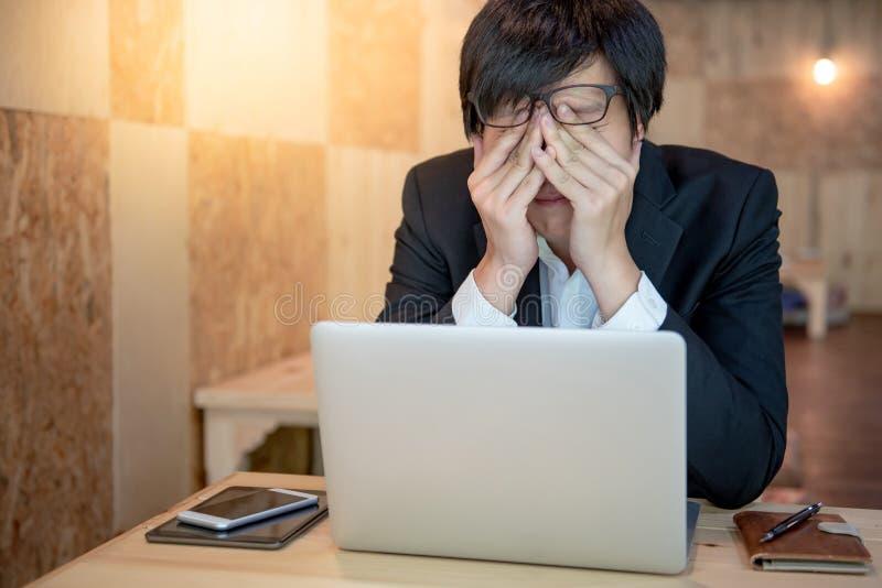La sensación asiática trabajada demasiado del hombre de negocios subrayó imagenes de archivo