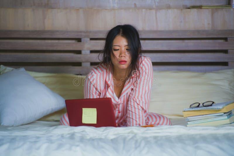 La sensación coreana asiática frustrada y cansada de la mujer del estudiante universitario abrumó y subrayó la preparación del ex foto de archivo libre de regalías
