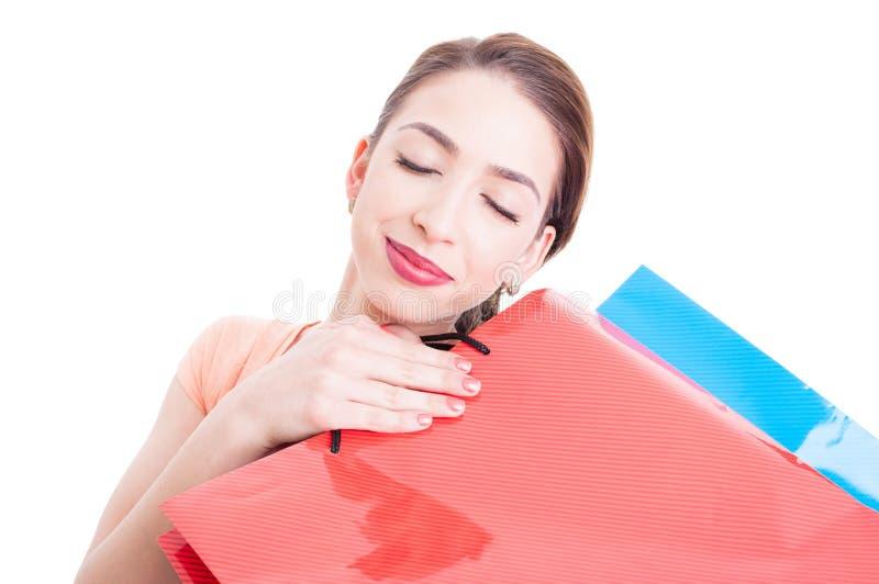 La sensación hermosa de la mujer joven satisfizo con sus panieres fotografía de archivo libre de regalías