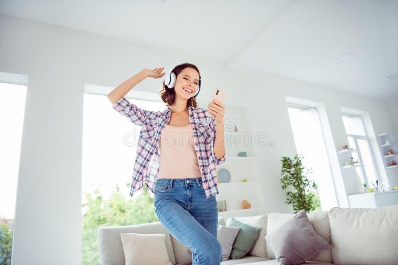 La sensation de l'adolescence satisfaisante gaie positive de rire de rire de partie de chanteur de mains d'augmenter de contenu d photos libres de droits