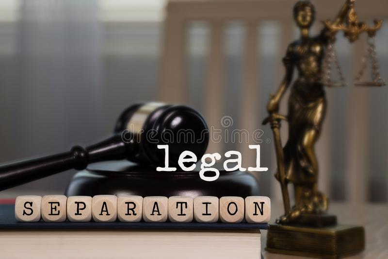 LA SEPARAZIONE LEGALE di parole composta di di legno taglia Martelletto e statua di legno di Themis nei precedenti fotografie stock