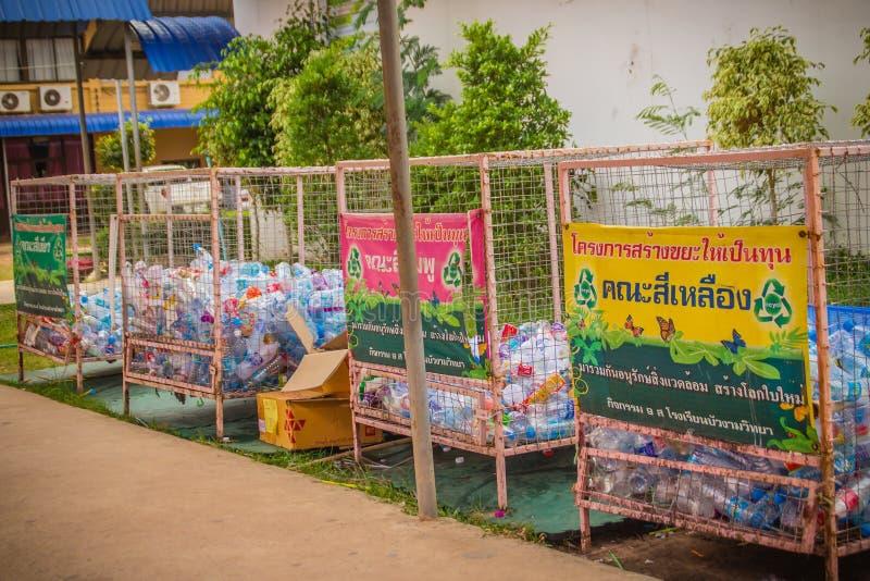 La separazione variopinta ricicla il recipiente nella scuola secondaria fotografie stock libere da diritti