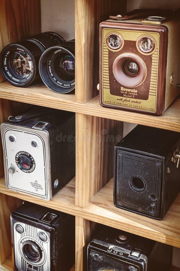 La sepia entonó la imagen de cámaras de caja viejas y de un binocular imágenes de archivo libres de regalías