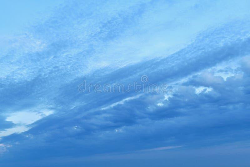 La sera, o la mattina, è leggermente oscure e nuvolose, ma luminose immagini stock