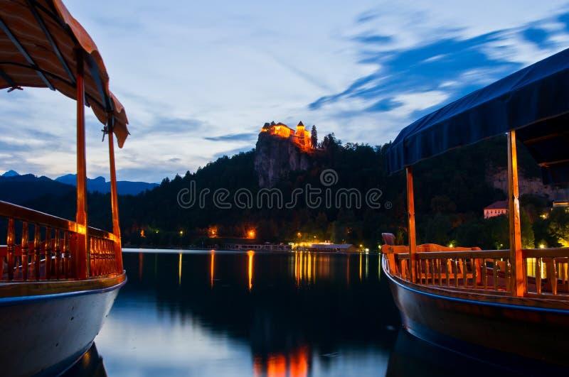 La sera silenziosa e le barche sul lago hanno sanguinato fotografia stock libera da diritti