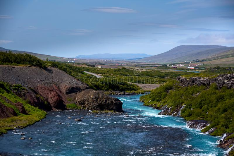 La serie de Hraunfossar de cascadas formó por los arroyos que fluían el ov fotografía de archivo