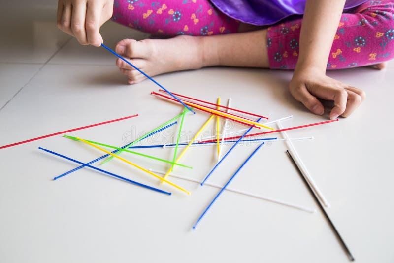 La serie de niño que el jugar escoge para arriba pega el juego de diversión fotografía de archivo libre de regalías