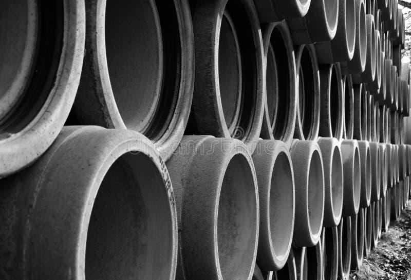La serie larga de apilado reforzó los tubos concretos en 2 blancos y negros fotos de archivo