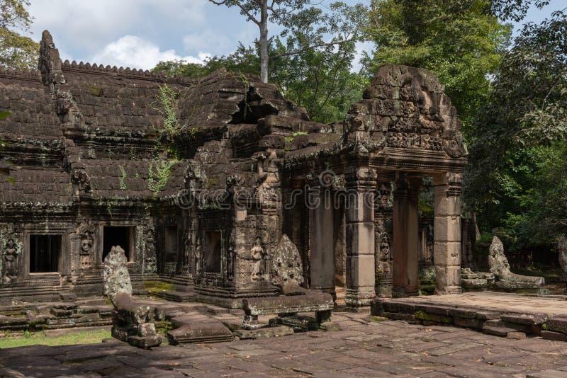 La serpiente de piedra dirige la entrada del guardia al templo imagen de archivo