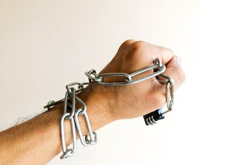 La serratura a catena era alle mani fotografia stock libera da diritti