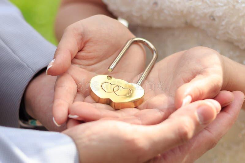 La serratura in mani fotografia stock libera da diritti