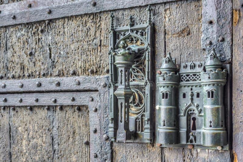 La serrure et la porte d'hôtel de ville tirent dedans Mons, Belgique. photos stock