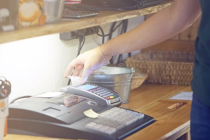 La serveuse à la caisse enregistreuse photographie stock libre de droits