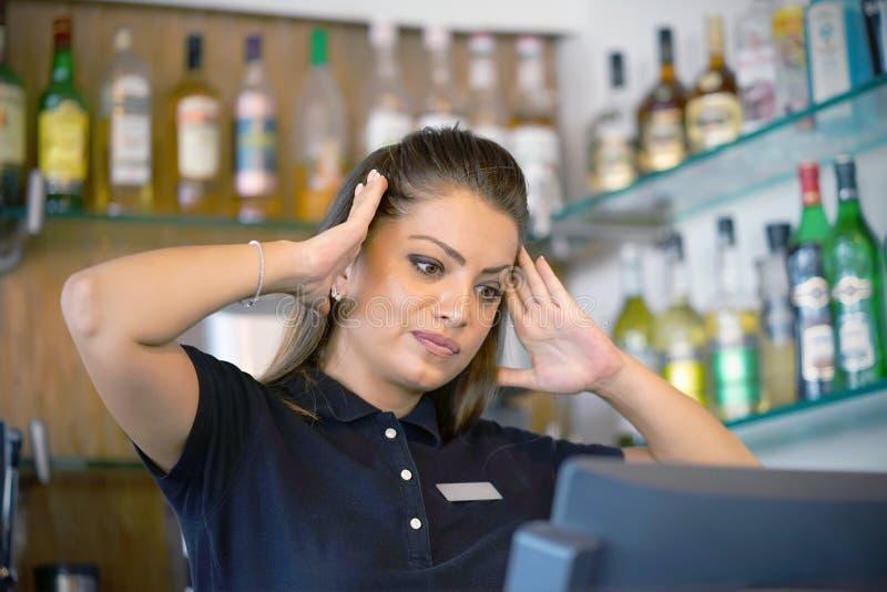 La serveuse à la caisse enregistreuse photo stock