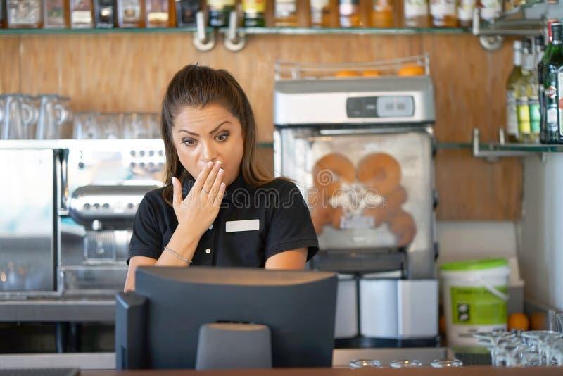 La serveuse à la caisse enregistreuse image libre de droits
