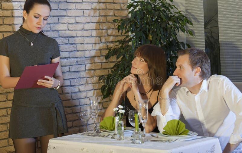 La serveuse prend la commande des couples photographie stock