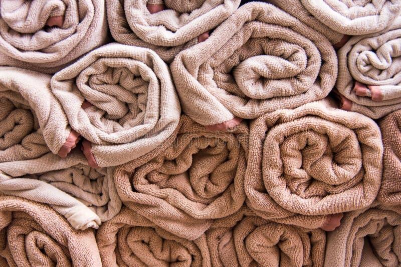 La serviette de bain de plage roule le fond bleu de tissu de texture de tissu utilisé images libres de droits