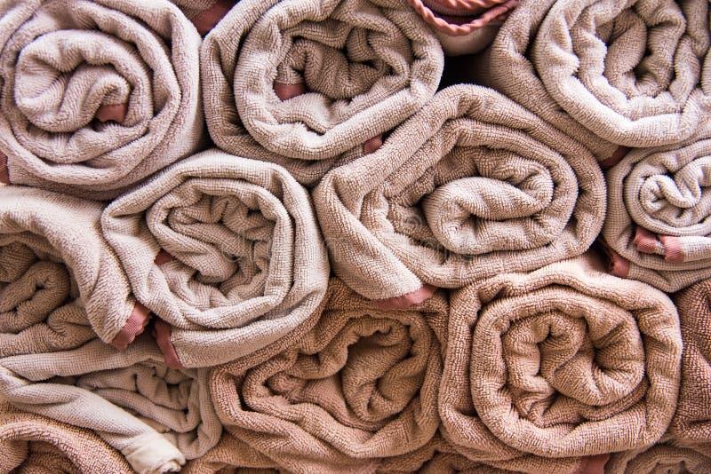 La serviette de bain de plage roule le fond bleu de tissu de texture de tissu utilisé image stock