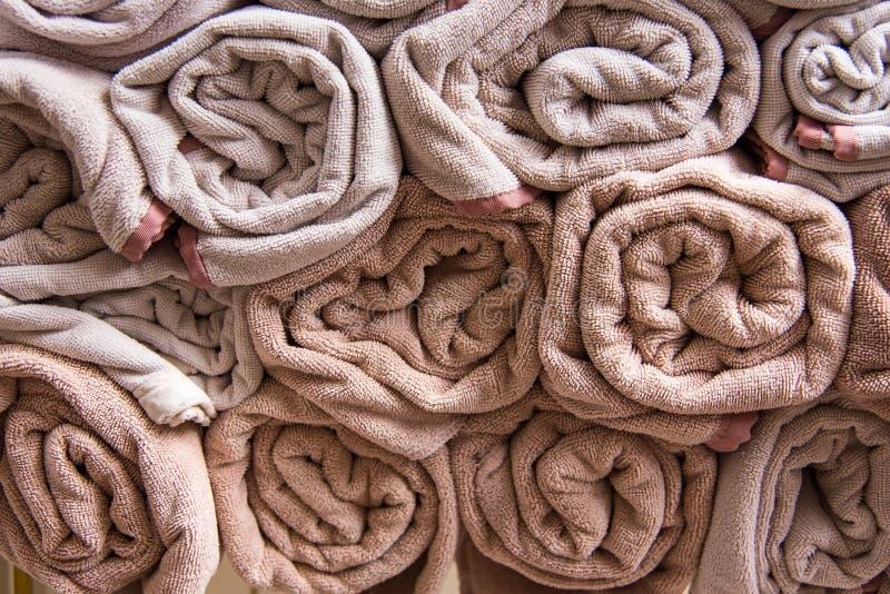 La serviette de bain de plage roule le fond bleu de tissu de texture de tissu utilisé image libre de droits