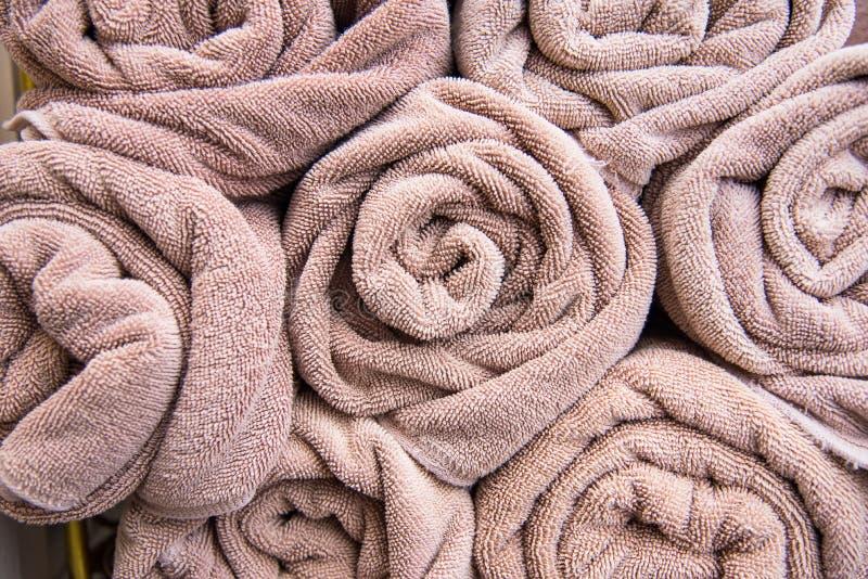 La serviette de bain de plage roule le fond bleu de tissu de texture de tissu utilisé photos libres de droits