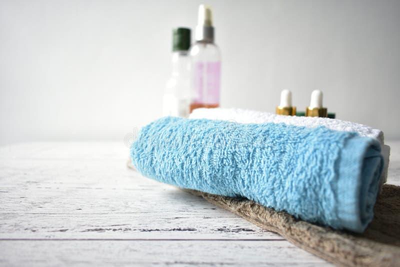 La serviette de composition en traitement de station thermale huile la surface en bois rustique naturelle cosmétique image libre de droits