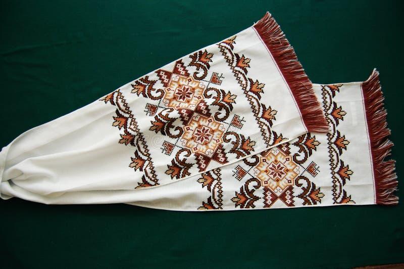 La serviette est les fils brodés de brun brun clair et foncé photographie stock libre de droits