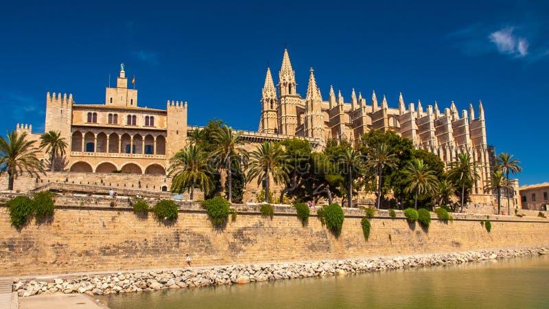 La Seu y Royal Palace de la catedral del La Almudaina, Palma de Mallorca foto de archivo libre de regalías